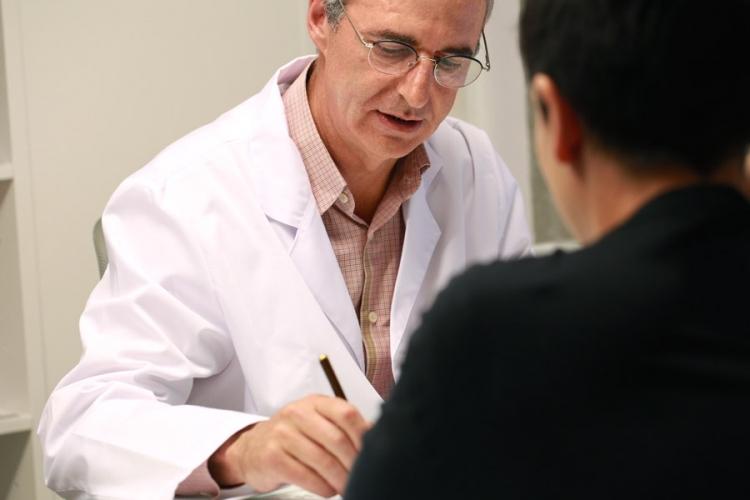 El oftalmólogo José Gutiérrez Amorós atendiendo a una paciente en su consulta de A Coruña